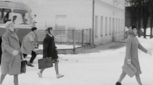 Jana Mrázová úplně vpravo kráčí ve filmu od autobusu.