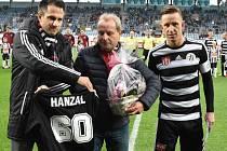 K šedesátce před utkáním Dynama se Spartou Ivo Hanzalovi blahopřáli generální manažer Dynama Martin Vozábal a kapitán A-týmu Petr Benát.