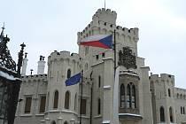 Unijní ministry budou před zámkem vítat vlajky České republiky a Evropské unie. Na hlubocké radnici zase budou vlát vlajky České republiky a města Hluboká nad Vltavou.