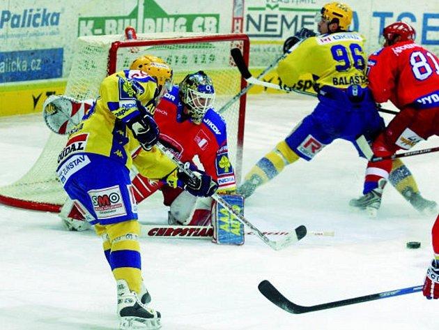 Brankář HC Mountfield Roman Turek řeší nebezpečnou situaci před svou brankou. Ta dopadla stejně jako celý zápas – vítězně. Budějovice porazily Zlín 4:2.