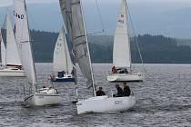 Posádka Pavla Štolby si před startem Modré stuhy Lipna najíždí do nejvýhodnější pozice.