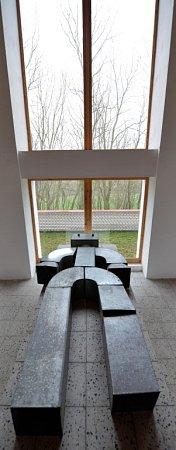 Padesát náhrobků, malby inápisy zanechal ve Freibergově mučírně – volyňské hřbitovní galerii Jan Turner. Na katafalk položil sochu plechového robota.