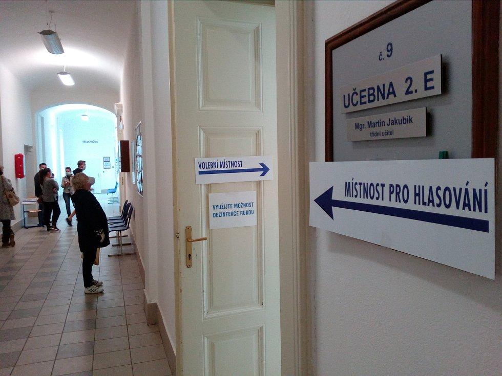 Při krajských volbách 2. 10. 2020 se v českobudějovickém Gymnáziu J. V. Jirsíka tvořily odpoledne chvílemi i hloučky před volebními místnostmi. Dovnitř se totiž smělo vstupovat jen po jednom.