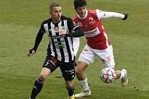Marko Alvir ve svém prvním utkání za Dynamo v lize rozhodně nezklamal. Na snímku ho atakuje pardubický Čihák.