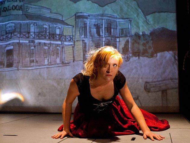 Malé divadlo láká na inscenaci Filmmakeři. Je to vtipná a chytrá parodie na svět filmařů. Na snímku Lucie Škodová.