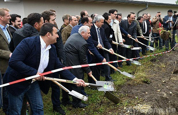 Usousedů staví mešitu.