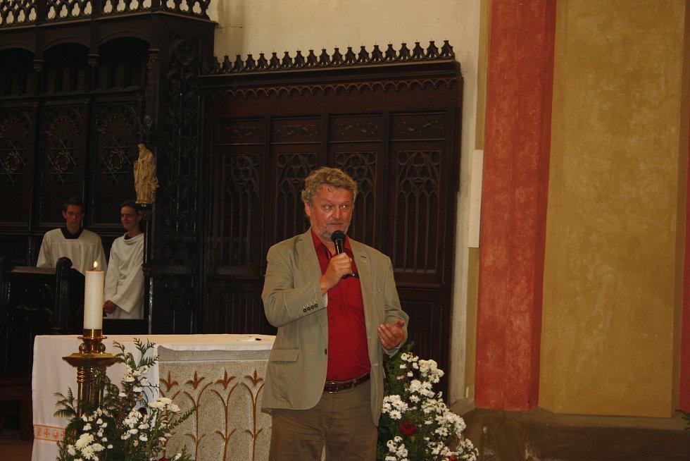 Biskupské gymnázium se 29. června slavnostně loučilo při mši se školním rokem i odcházejícím ředitelem Zdeňkem Dvořákem. Poděkoval mu také českobudějovický biskup Vlastimil Kročil.