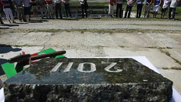 Slavnostní akci poklepem na základní kámen zahájil děkan FROV JU Otomar Linhart,  rektorka Jihočeské univerzity Magdalena Hrabánková a  Milan Karásek, ředitel společnosti IMOS Brno, která získala zakázku ve veřejné soutěži.