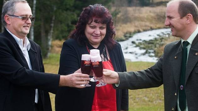 Ředitel pivovaru Dudák Jaroslav Tůma (zleva), sládková Dagmar  Vlková a ředitel NP Šumava Jiří Mánek pustili před několika dny do světa  originální borůvkové pivo.