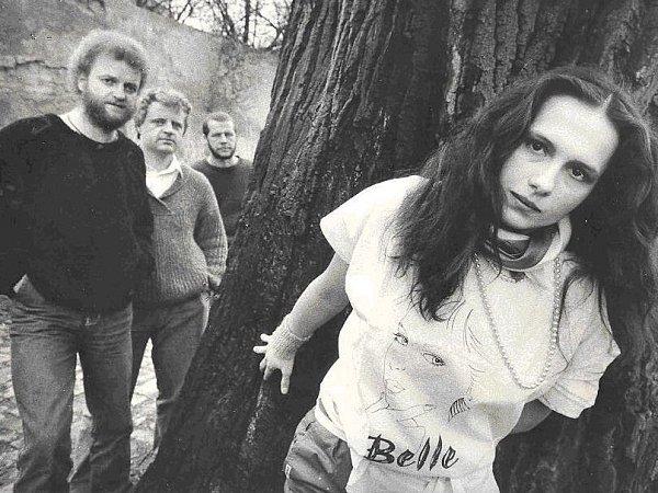 Album Pavlína Braunová & Minnesengři: Bílé místo je pocta zpěvačce Minnesengrů, která vroce 1988cestou ze Strakonic do Českých Budějovic záhadně zmizela. Bylo jí 23let.