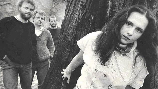 Album Pavlína Braunová & Minnesengři: Bílé místo je pocta zpěvačce Minnesengrů, která v roce 1988 cestou ze Strakonic do Českých Budějovic záhadně zmizela. Bylo jí 23 let.