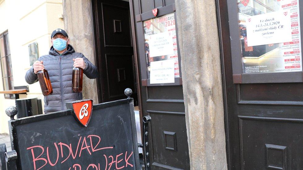 """Prodej piva """"přes okénko"""" z Masných krámů."""