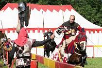 Od neděle se zájemci v Hluboké nad Vltavou u velkého parkoviště mohou vráti o pár stovek let v čase zpět. Skupina Traken zde totiž bude každý den ukazovat středověké turnaje.