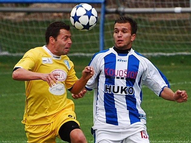 Rastslav Bakala (vpravo v souboji s vlašimským Mackem) si proti Vlašimi zahrál jak za strakonickou farmu Dynama, tak ve středu za prvoligové áčko.