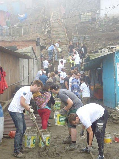Rakouští studenti staví schodiště v Limě.