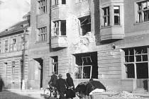 Letecké poplachy přerušovaly výuku. Na fotografii je zachycen poškozený Schwarzenberský dům s hostincem U Černého koníčka v Českých Budějovicích.