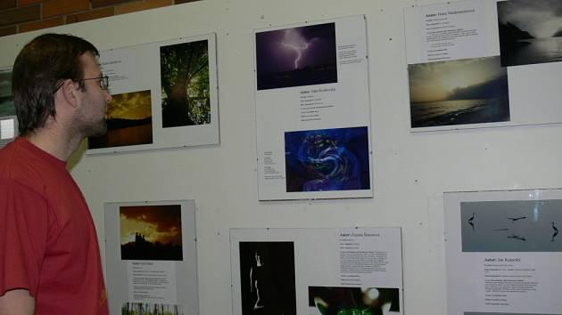 Více než 30 vědců a studentů vystavuje své fotografie na téma fascinace světlem ve foyeru Biologického centra.