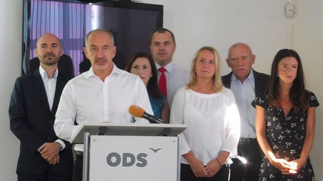 Z tiskovky ODS, u pultu lídr Martin Kuba.