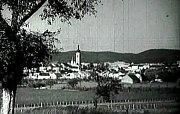 Kameraman Václav Vích nejprve zabere panorama s věží děkanského kostela Narození Panny Marie v Písku (v pozadí vystupují Písecké hory).