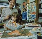 Učitelka vezme dívku do cukrárny na zmrzlinu a pak jdou zkoušet šaty.  Snímek je z knihkupectví (dnes už neexistuje) vedle radnice.
