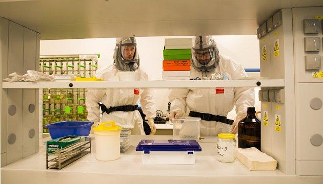 Laboratoř svysokým stupněm zabezpečení BSL-3, vBiologickém centru AV ČR vČB. Na snímku virologové Martin Palus a Václav Hönig.