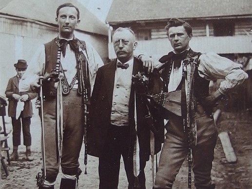 Legendu českého národopisu, Čeňka Zíbrta, připomíná Prácheňské muzem v Písku. Výstava potrvá do 28. října. Vlevo dudák Karel Michalíček, vpravo houslista Vratislav Paprštajn.