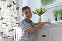 Ještě nedávno devítiletý Daneček sotva seděl. Teď je možnost, že by jednou mohl sám chodit. Hodně mu pomáhá léčba na Slovensku, která je však finančně nákladná.