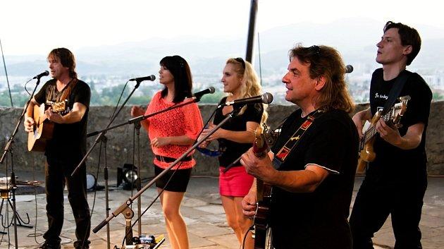 Folková skupina Devítka vydala album Je to boj! Natočila na něj 15písniček. Zleva Honza Brož, Markéta Klupková, Jindřiška Brožová, Petr Havrda a Jan Klupka.