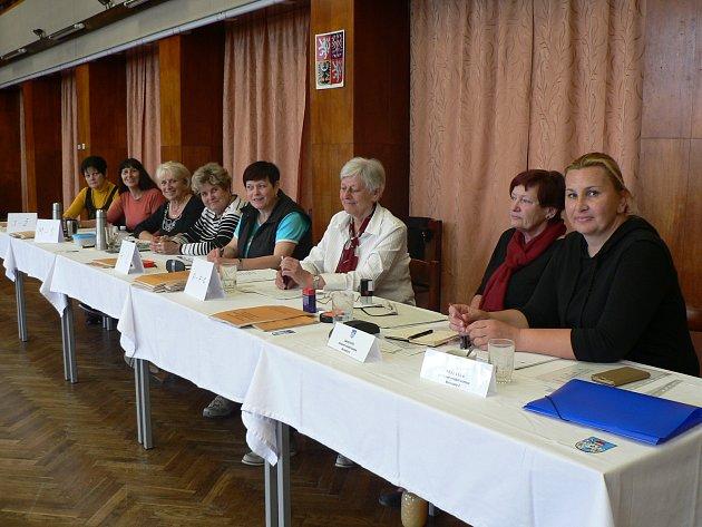Evropské volby vBorovanech. Dvě komise zde sedí proti sobě vkulturním sálu.