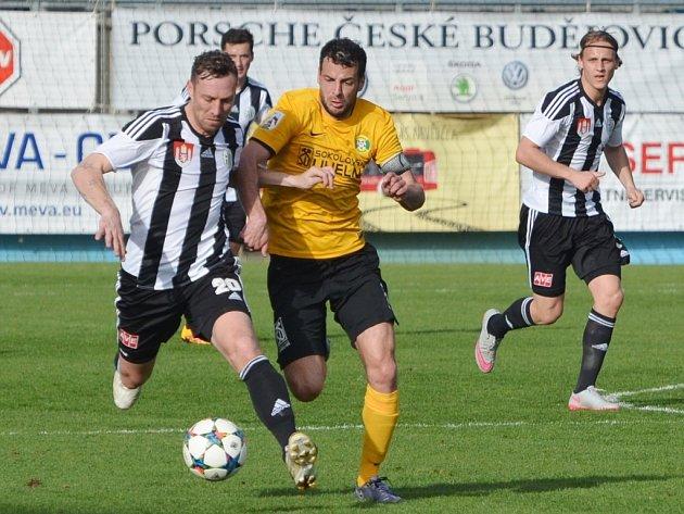 Jan Šimák v zápase Dynama se Sokolovem bojuje s Vrtělkou. O víkendu fotbalové soutěže v kraji pokračují.
