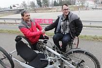 Jan Herman (vpravo) převzal od zástupce společnosti Birell Václava Duška nový handbike.