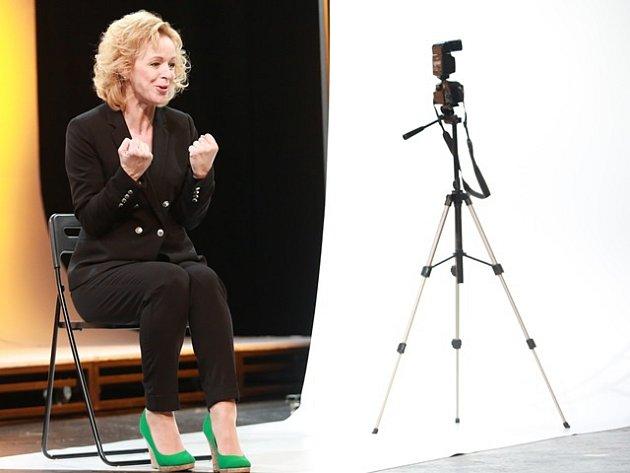 Věra Hlaváčková jako majitelka castingové agentury v Job Interviews.