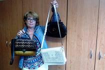 Zuzana Hojdová přinesla kabelky, které darovaly ženy z Kamenného Újezdu.