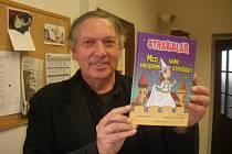 Hynek Klimek s knihou o strašidlech.