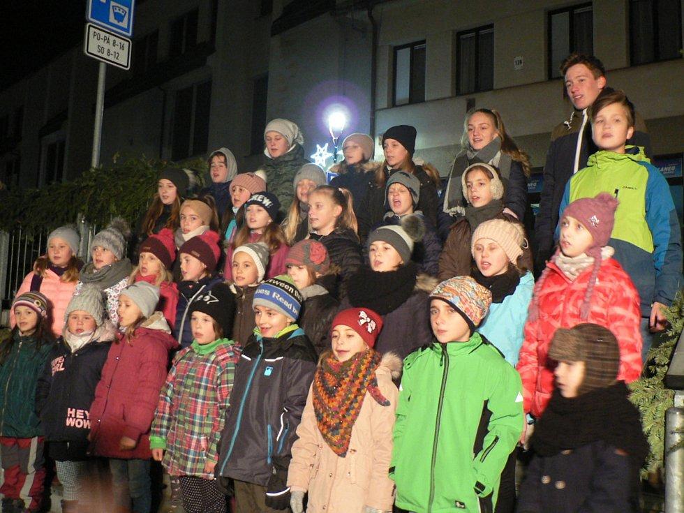 Česko zpívá koledy 2019 v Trhových Svinech. Zpívaly sbory Zvonečci a Zvonky ze ZUŠ F. Rišingera Trhové Sviny a akce se konala ve spolupráci s KIC Trhové Sviny.