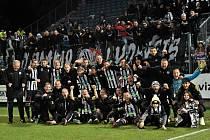 Se svými fanoušky takto slavili fotbalisté Dynama v úvodním kole jarní části I. ligy výhru 3:0 nad Mladou Boleslaví. Teď v neděli proti Liberci se bohužel bude hrát bez diváků...