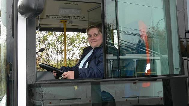 ZA VOLANTEM. Lucie Berková je jednou z mála řidiček trolejbusů.