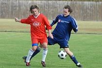 Bývalý mládežnický reprezentant Marcel Kordík se stal v létě novou tváří fotbalistů Zlivi. Na snímku ještě v dresu Sezimova Ústí (vlevo) bojuje s týnským Vařilem v krajském přeboru.