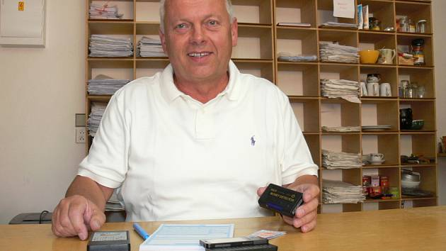 Bohumil Matouš z českobudějovického dopravního podniku ukazuje řadu nástrojů, které u sebe nosí revizoři, aby zjistili padělané jízdní doklady.