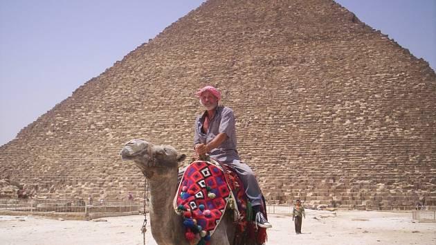 Při návštěvě Egypta si jihočeský mořeplavec František Sýkora nenechal ujít jízdu na suchozemském korábu – velbloudovi.