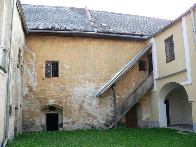 Olešnický zámek prošel v poslední době řadou oprav. Pro případná divadelní představení však nabízí jeho nádvoří neobvyklou atmosféru.