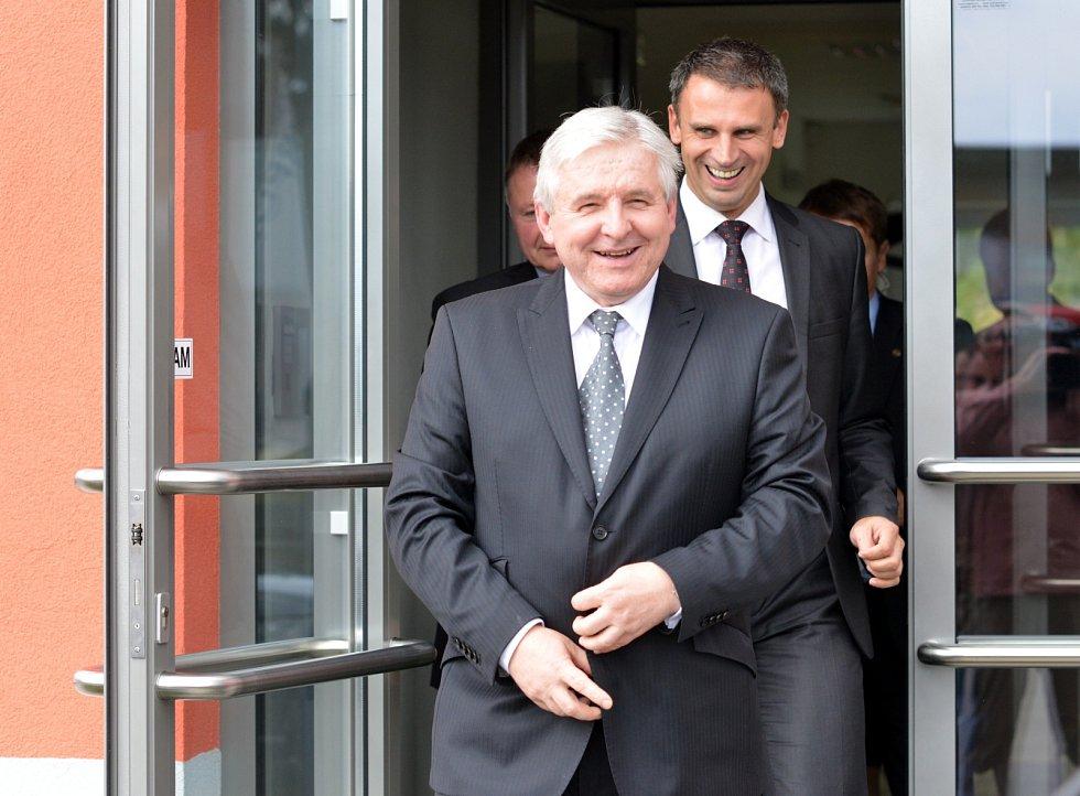 Premiér v demisi Jiří Rusnok při své cestě po jižních Čechách navštívil letiště v Plané u Českých Budějovic.