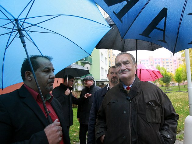 Karel Schwarzenberg navštívil v doprovodu místního zástupce romů Milana Markoviče českobudějovické sídliště Máj, místo nedávných  rasově motivovanýh demonstrací proti místní komunitě romů.