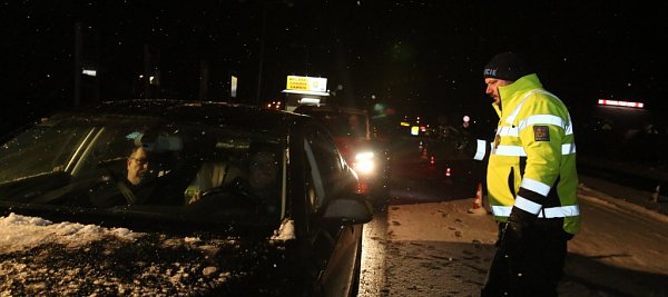 Policisté, kteří kontrolují auta na hraničním přechodu Dolní Dvořiště, zažívají nyní mrazivé noci, kdy teplota padá kminus deseti a ještě níž. Nejhorší pro ně je ledový vítr. Na snímku zneděle 17.ledna  policista Václav Novák.