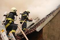 Výboj blesku je pravděpodobnou příčinou požáru stodoly v Kovářově. Hasiči při něm vyhlásili druhý stupeň poplachu.