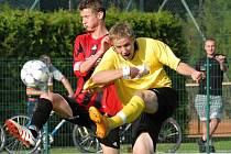 Soběslavský Janoušek (vpravo) v zápase krajského přeboru s béčkem S. Ústí bojuje s hostujícím Turkem. Fotbalové soutěže o víkendu pokračují.