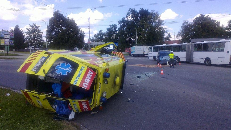 Na křižovatce ulic Mánesova a Dlouhá louka v Budějovicích se srazila sanitka s fiatem.