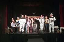 Světáci v podání divadelního spolku J. K. Tyl. Foto: Archiv spolku J. K. Tyl
