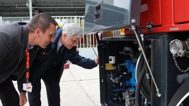 Ředitel bezpečnosti elektráren ČEZ Bohdan Zronek (v popředí) představuje novou techniku šéfovi jihočeských profesionálních hasičů Lubomíru Burešovi.