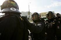 Stovky těžkooděnců zasahovaly v červenci na protiromských demonstracích na Máji. Policie zadržela přes 200 lidí.